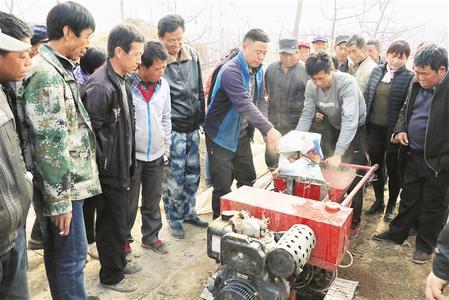 平凉市静宁县专业技术人员对果农春季果园管理进行培训