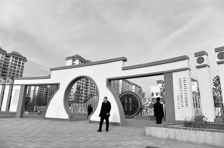 市民在武威民勤县文化广场游览(图)