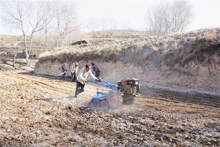 春耕时节 白银市会宁县杨集镇农民用小型农机播种