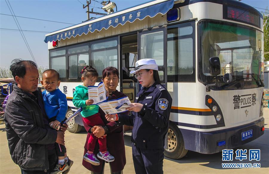 (社会)(2)河北永清:移动警务车进乡村