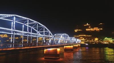 桥影河波相映成辉 兰州中山桥夜景灯光令游客流连忘返