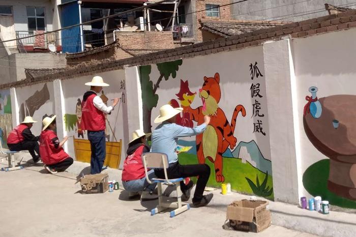 兰州城市学院师生对秦安县郭嘉镇学区校园墙面彩绘美化