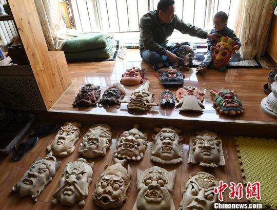 甘肃手艺人17载制2千多张傩面具 冀古老文化亲近民众