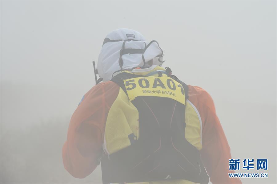 (体育)(5)戈壁挑战赛:大风中前行