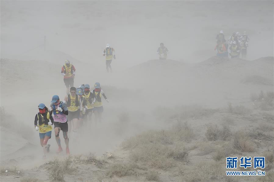 (体育)(1)戈壁挑战赛:大风中前行