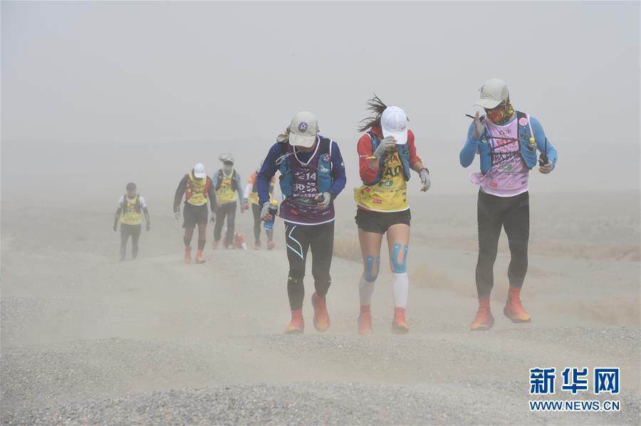 (体育)(3)戈壁挑战赛:大风中前行