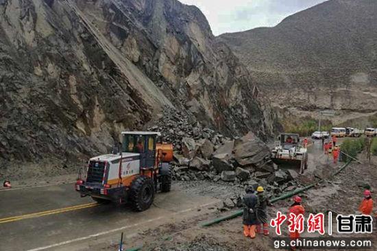 甘肃肃南山体滑坡 抢险人员冒雨清理千余立方米山石