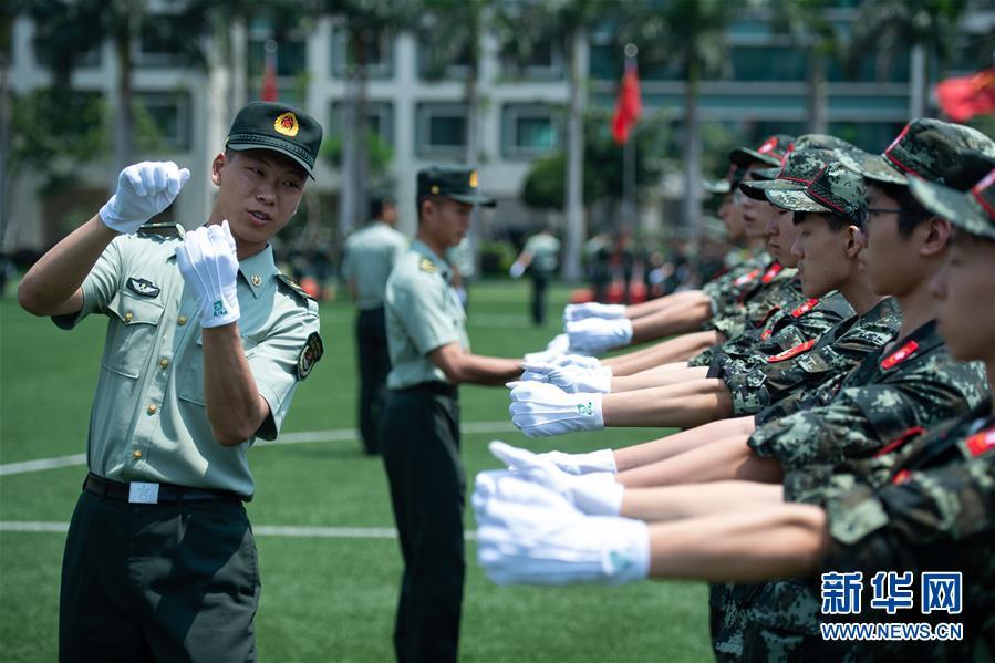 (社会)(4)解放军驻澳门部队举行澳门中学生国旗手训练营活动