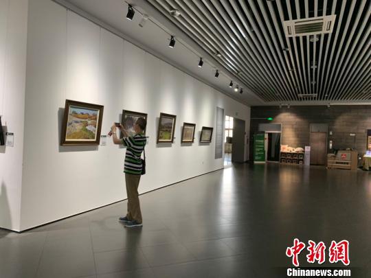 游客正在拍照欣赏。 刘锡菊 摄