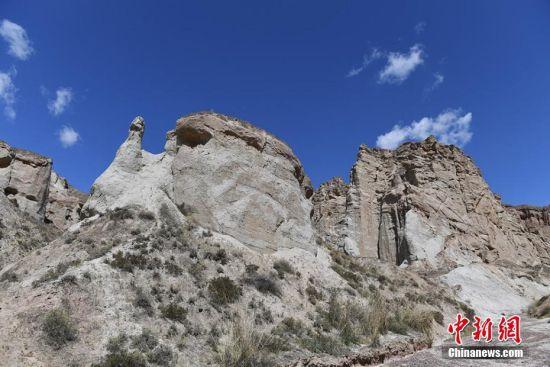 白沙沟地质地貌形成于白垩纪早期,在很大程度上新构造运动和古气候古环境的变迁都在砂岩沉积层中有所记录。 杨艳敏 摄