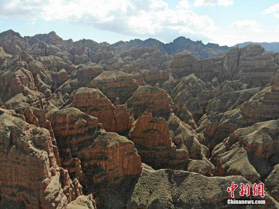 该峡谷全长2.5公里,由一道主沟和六道侧沟组成,主沟宽阔,侧沟窄小,两边悬崖高矗,飞檐峭壁,沟谷蜿蜒盘曲,远处峰林奇特,色彩摄人心魄。杨艳敏 摄