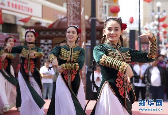 乌鲁木齐:欢歌起舞迎游客