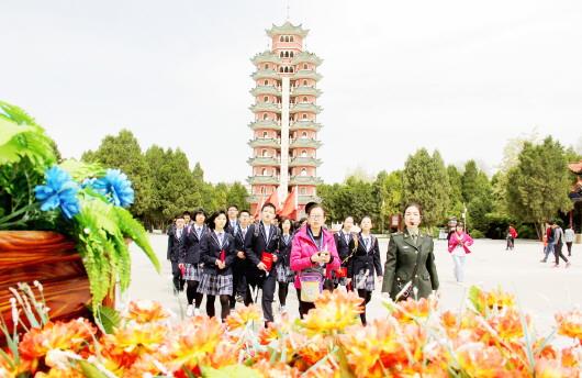 中国旅游日:会宁会师旧址游人如织(图)