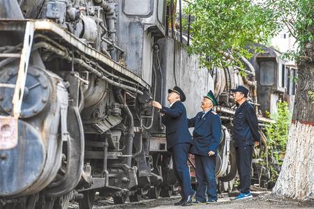 【壮丽70年·奋斗新时代】三代火车司机见证铁路提速