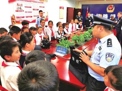 兰州:小学师生代表体验警营生活(图)