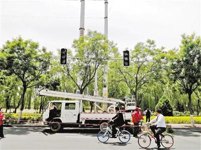 兰州:树木遮挡交通设施 交警协调排除隐患