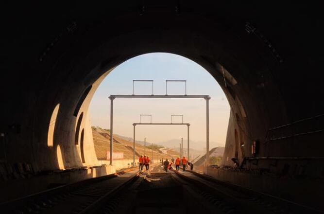 崇礼铁路正盘台隧道铺轨完成