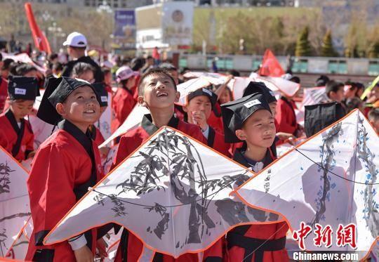 图为青少年放飞自己绘制的风筝。(资料图) 师永红 摄