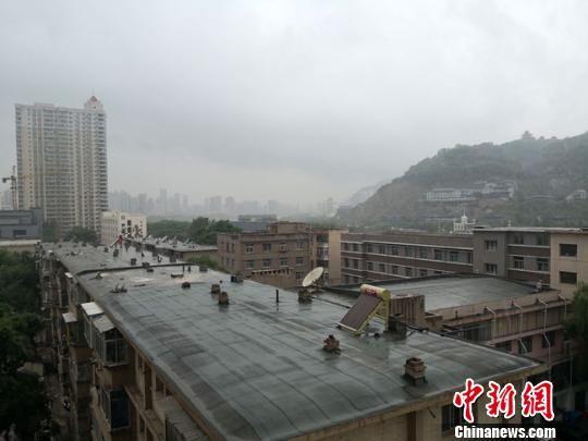 图为6月4日下午,持续雨水冲洗中的兰州城。 冯志军 摄