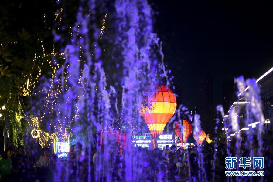 (新华网)(2)天津:畅游夜市