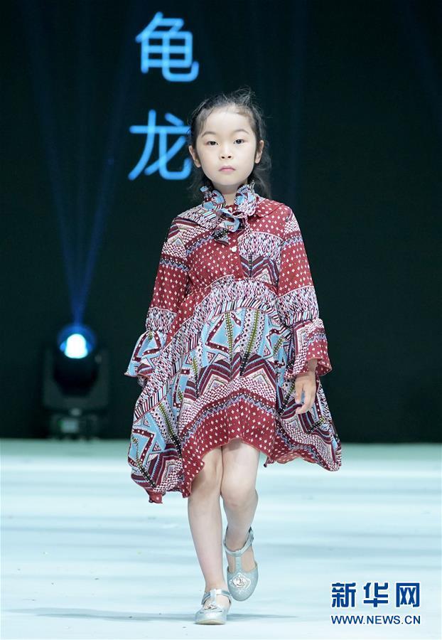 """(文化)(3)""""龟龙童装秀""""在青岛举行"""