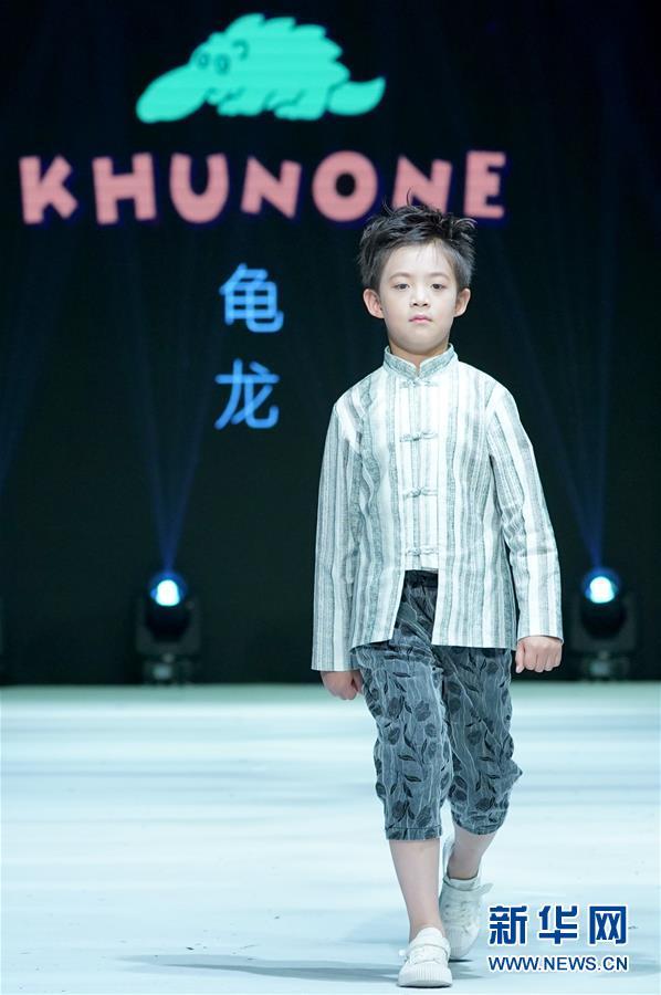 """(文化)(4)""""龟龙童装秀""""在青岛举行"""