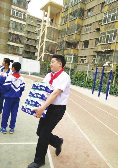 正能量志愿者张森把万元奖金捐给需要的人
