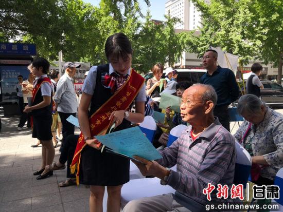 图为老大爷向税务工作人员咨询问题。刘玉桃 摄