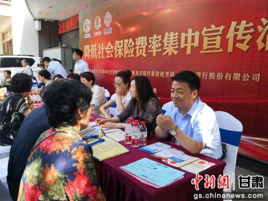 图为市民排队咨询税收政策。刘玉桃 摄