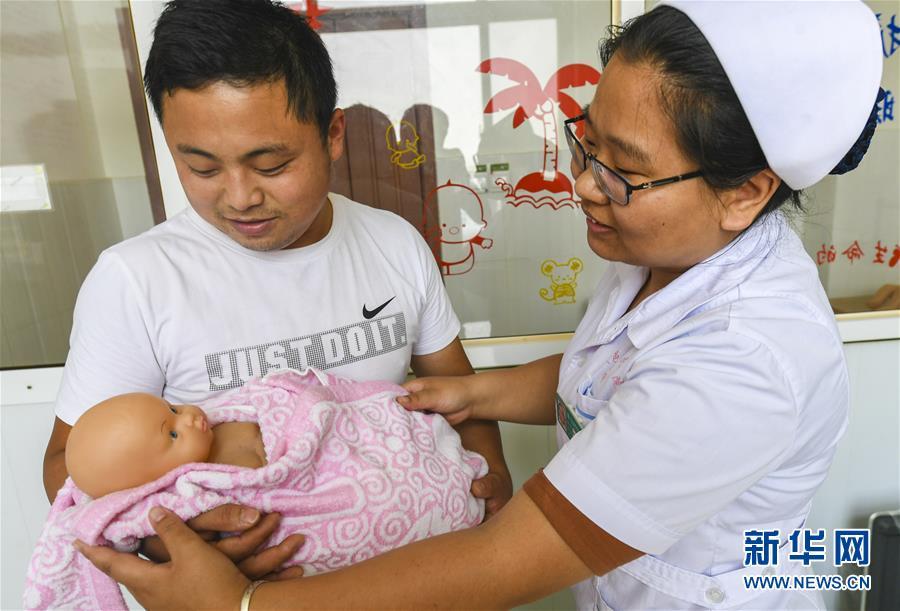 """(社会)(2)""""新爸""""学育婴 迎接父亲节"""