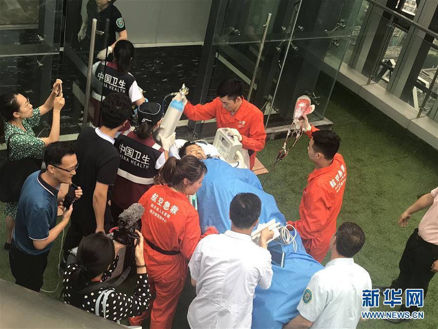 """(长宁地震·图文互动)(2)长宁地震首位重伤员通过""""空中120""""转运到成都接受治疗"""