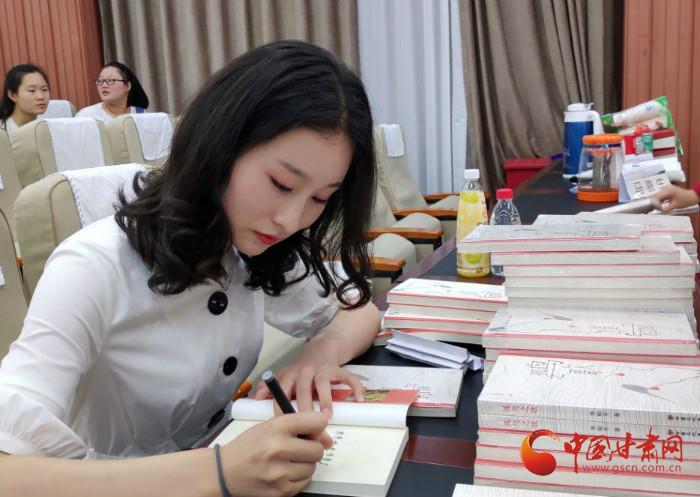 逐梦诗与远方 甘肃95后女大学生毕业季出版诗集(组图)