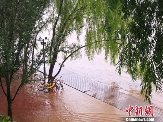 由于近期黄河上游降水偏多,兰州城区浑浊上涨的黄河水不断向临近河道的人行步道逼近。 冯志军 摄