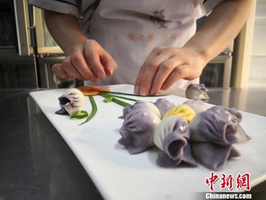 制作七彩饺子。(资料图) 魏建军 摄