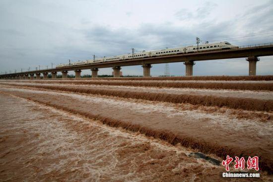 连续降雨致甘肃最大内陆河水位上涨 清澈河水变