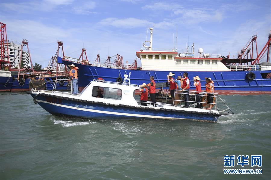 (社会)(1)广西北海侨港镇党员干部零距离服务渔民