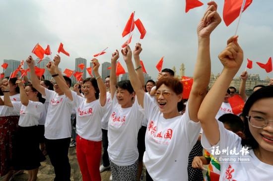 台江300多人上演创意快闪 献礼新中国70周年华诞