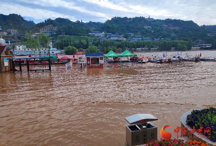 黄河兰州段水位大涨 防汛办拉起警戒线提醒市民勿近水(组图)