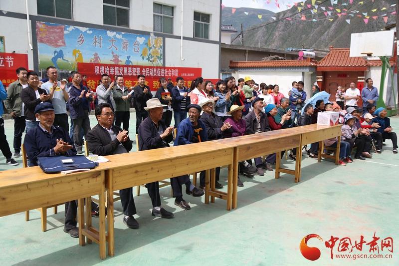 5月8日省歌舞剧院在甘南立节村举办文艺演出