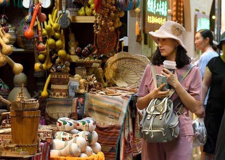 乌鲁木齐:大巴扎景区迎来旅游旺季
