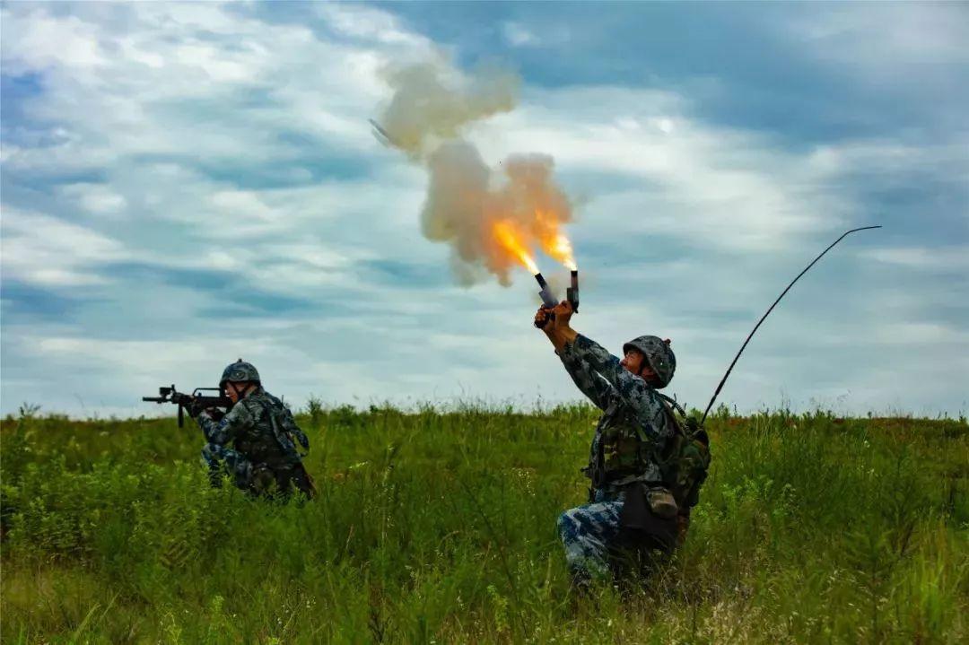 """""""准备着陆!""""这场空降兵的""""毕业典礼""""太燃了!"""