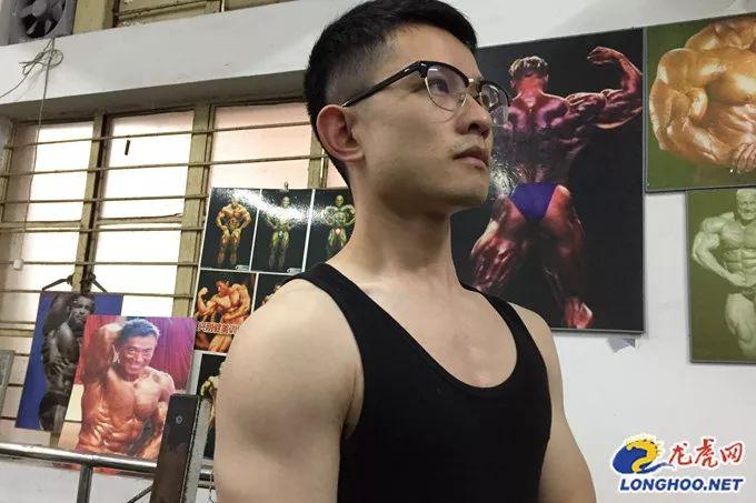 """励志!与帕金森战斗12年,26岁小伙从""""拄拐少年""""变身""""肌肉小哥"""