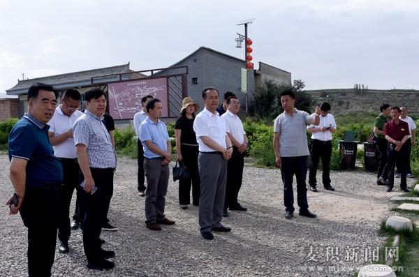 成少平带领麦积区考察团赴榆中县考察学习田园综合体等项目建设及