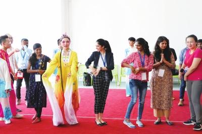 以传统文化架设中印青年交流之桥 印度青年走进甘肃中医药大学感受中国魅力