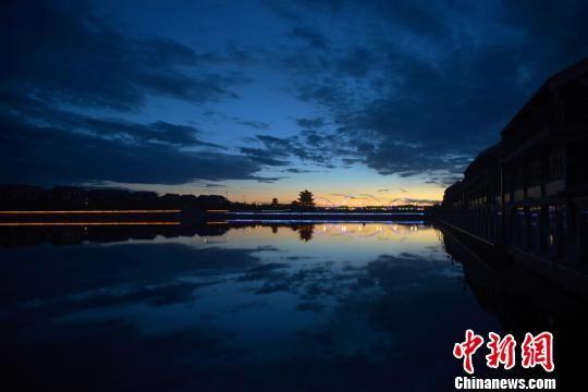 """甘肃戈壁关城变""""水上世界"""":水光摇曳河楼相依"""