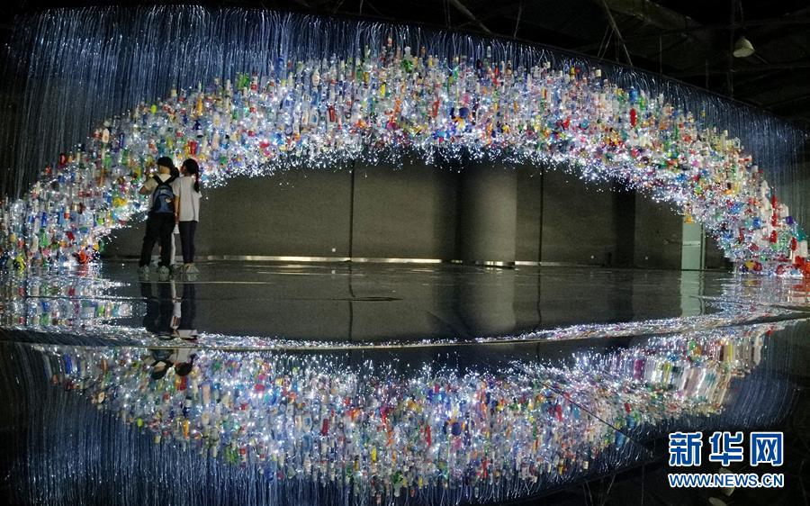 (文化)(2)上海:废弃塑料制成艺术品 唤醒人们环保意识