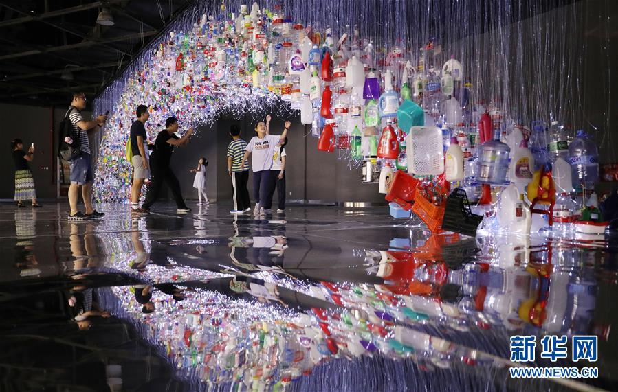 (文化)(3)上海:废弃塑料制成艺术品 唤醒人们环保意识