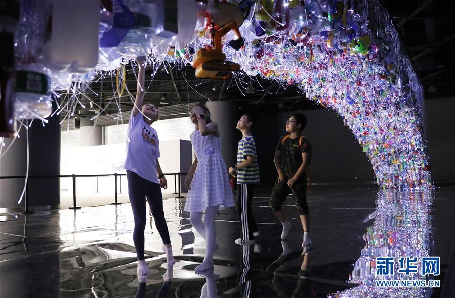 (文化)(4)上海:废弃塑料制成艺术品 唤醒人们环保意识