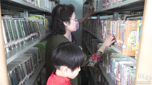 """秦州:图书馆里书香浓 暑期掀起""""读书热"""""""