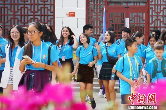 """海外华裔青少年甘肃""""寻根"""":探秘丝路传统文化"""
